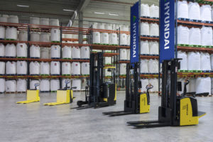 hyundai reach stacker powered pallet truck warehouse equipment
